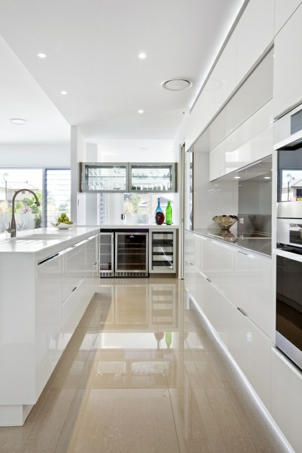 küchenideen weiße einrichtung glänzende oberflächen deckenbeleuchtung