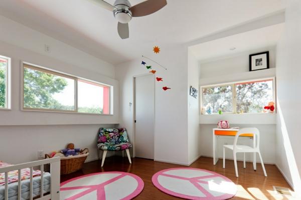 kinderzimmer gestalten mädchenzimmer runde teppiche weiße wände