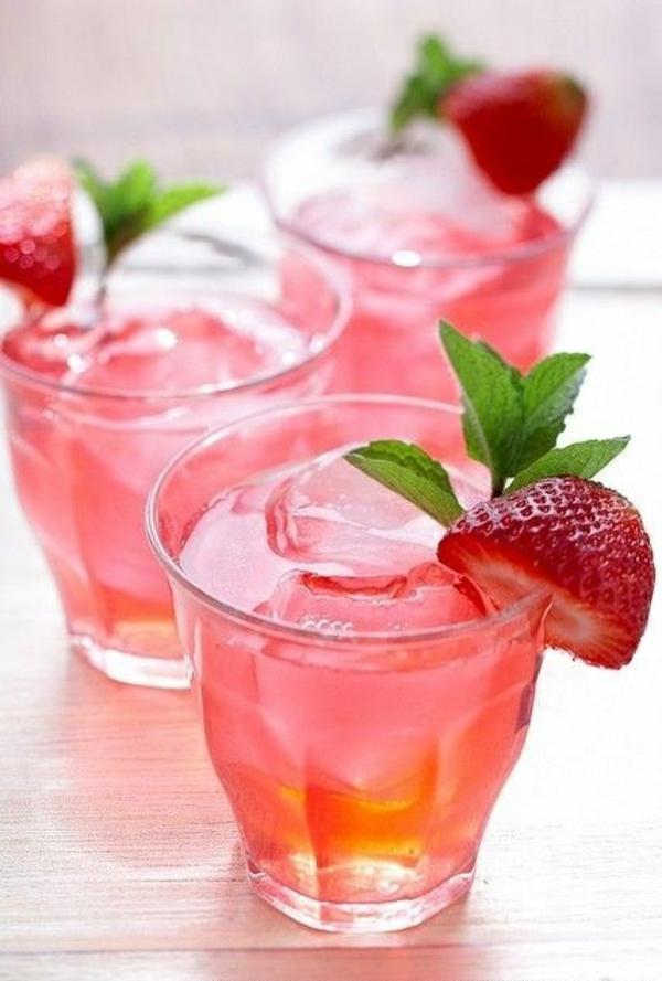 leichtes essen im sommer erfrischende getränke obst erdbeeren