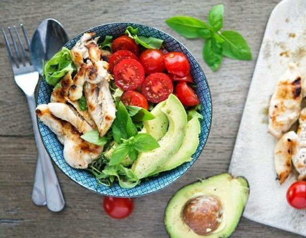 leichtes essen im sommer hähnchenbraten mit salat