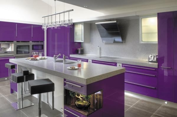 moderne küchen stilvolles design lila grau toller leuchter