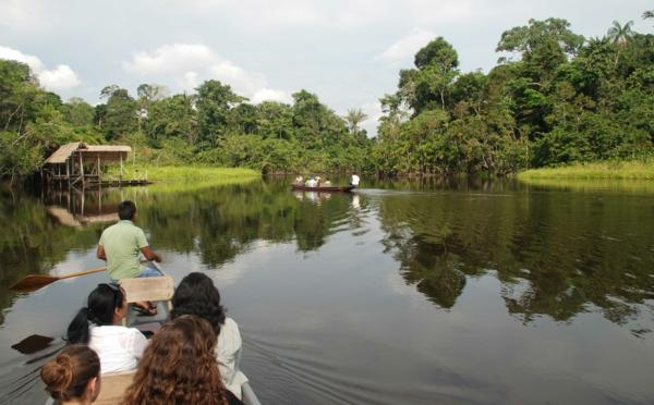 nachhaltiger tourismus amazonas boote traditionelle häuser
