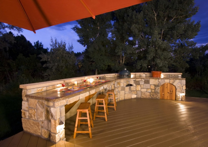 ... kitchen outdoor kuche sommerkuche rustikal steine holzstuhle bartheke