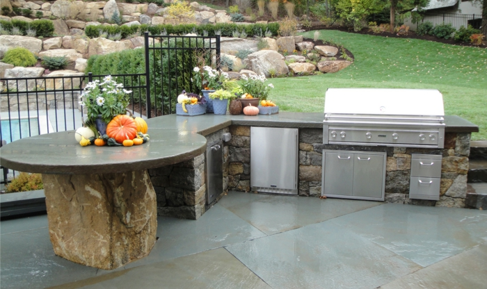 outdoor küche steine theke arbeitsplatte eingebaute elektrogeräte