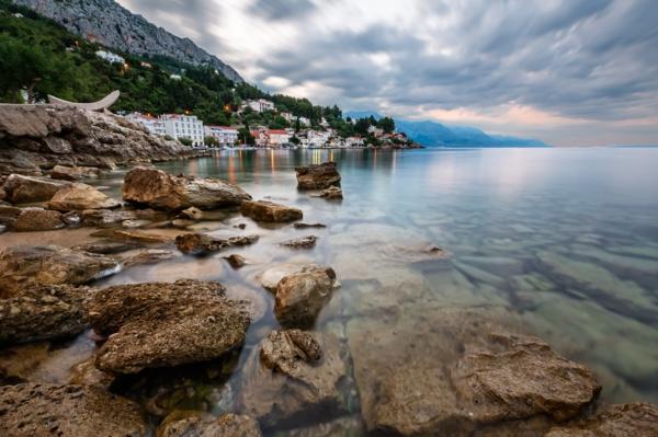 reise nach kroatien dalmatien felsen kleine stadt nah omis