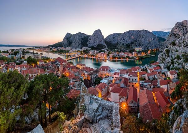 reise nach kroatien omis stadtpanorama