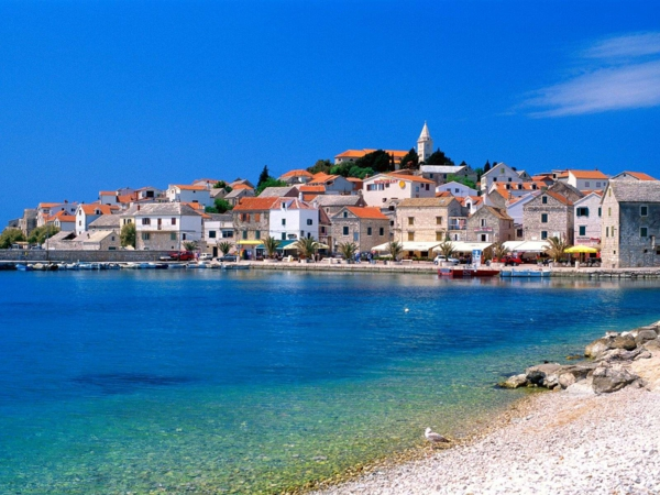reise nach kroatien primosten strand stadt dalmatien