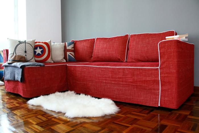 rote sofas wohnzimmer einrichten weißer teppich dekokissen