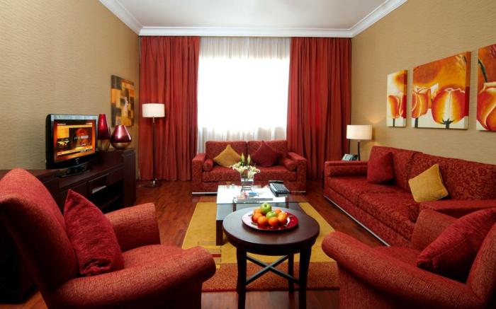 rotes sofa schönes muster wohnzimmer lange gardinen