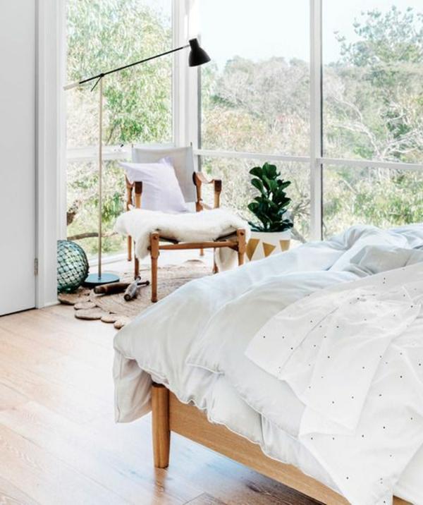 schlafzimmergestaltung ideen holzboden sessel stehlampe
