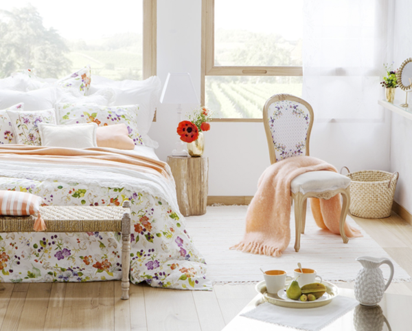schlafzimmer design farbige bettwäsche holzboden beistelltisch
