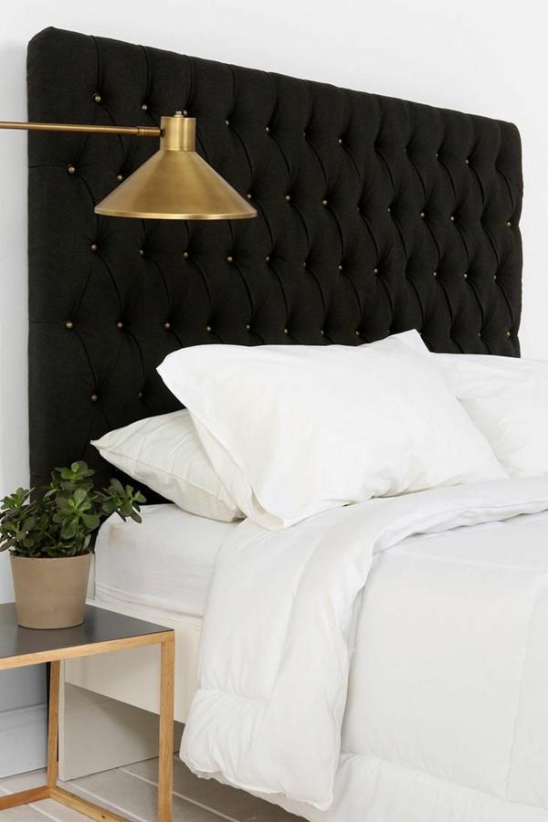 schlafzimmer einrichten schicker nachttisch schlicht zimmerpflanze