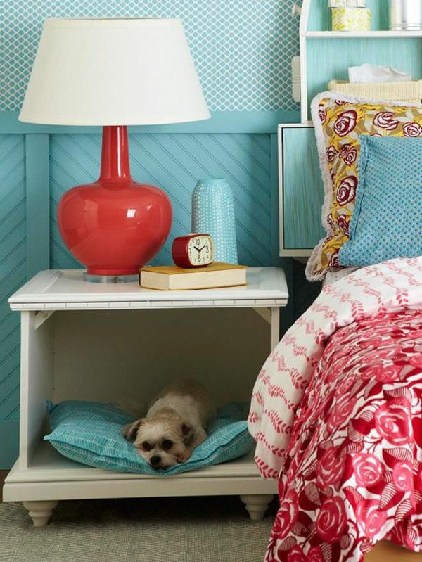 schlafzimmer einrichten schicker tisch und hundebett
