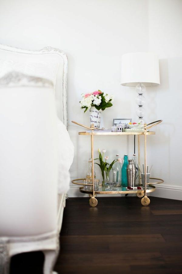 schlafzimmer möbel bett nachttisch goldakzente glasscheiben