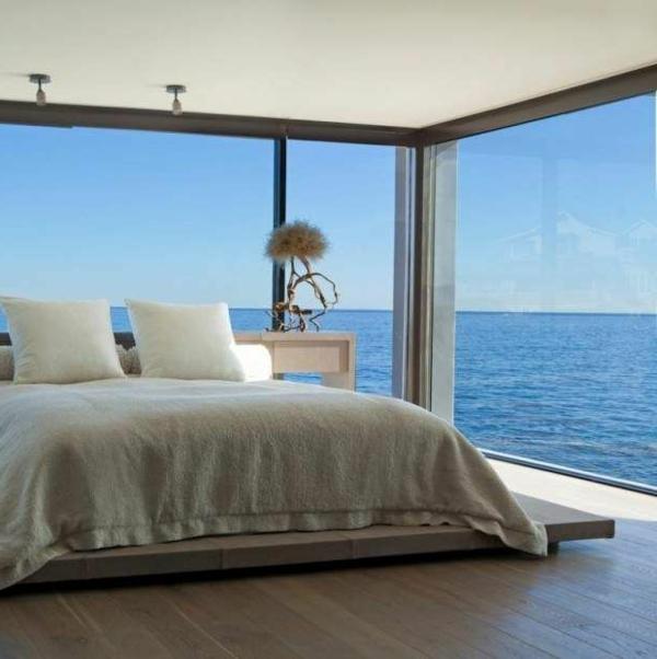 schlafzimmergestaltung meer aussicht weiße bettwäsche
