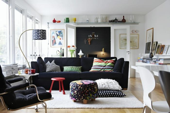 sofa kissen wohnzimmer dekoideen graues sofa roter hocker weißer teppich