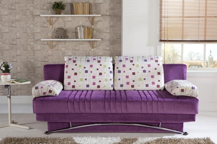 sofa kissen wohnzimmer dekoideen lila sofa offene regale