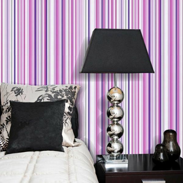 streifentapete schlafzimmer lila weiß krass wandverkleidung