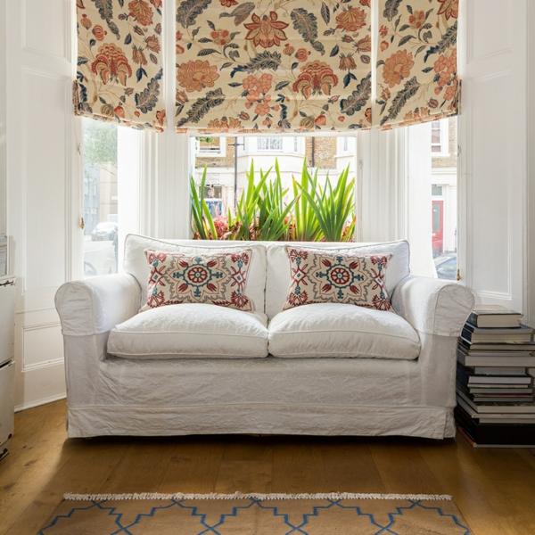 symmetrie sofa gemusterte deko kissen fensterrollos