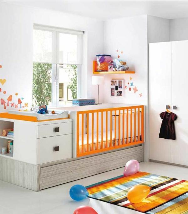 teppich babyzimmer farbiges streifenmuster gitterbett raffrollo