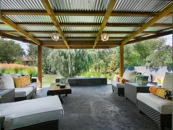 terrassenüberdachung holz gestell blech beton gepolsterte möbel