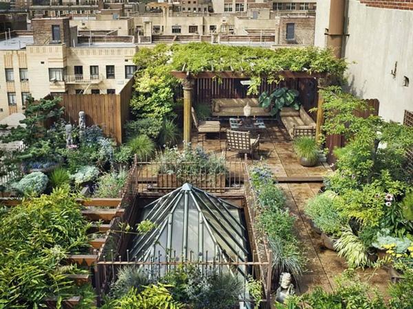 terrassenüberdachung metallmöbel pergola holz kriechende pflanzen