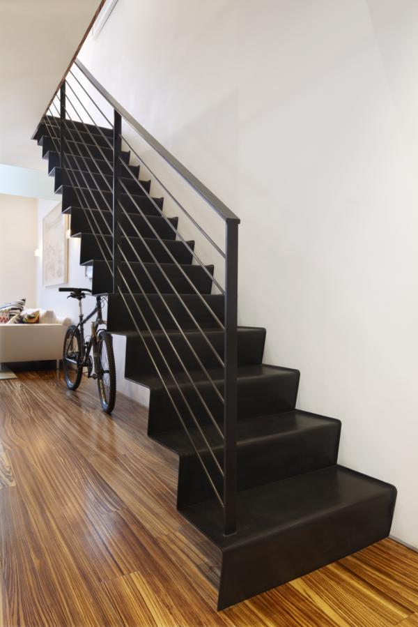 treppenhaus design schwarz metallgeländer stufen