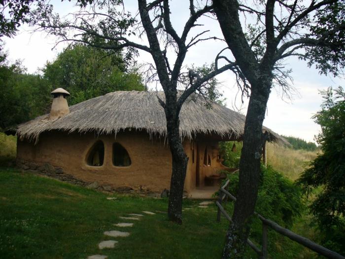 ökologisch bauen lehmhaus strohdach wald
