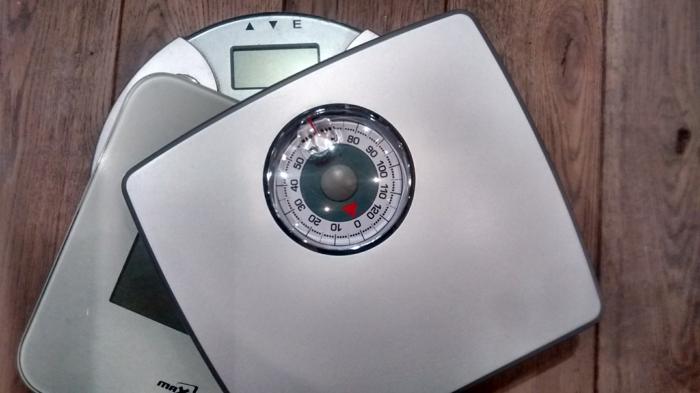 Abnehmen durch Hypnose waage gewicht kontrolieren