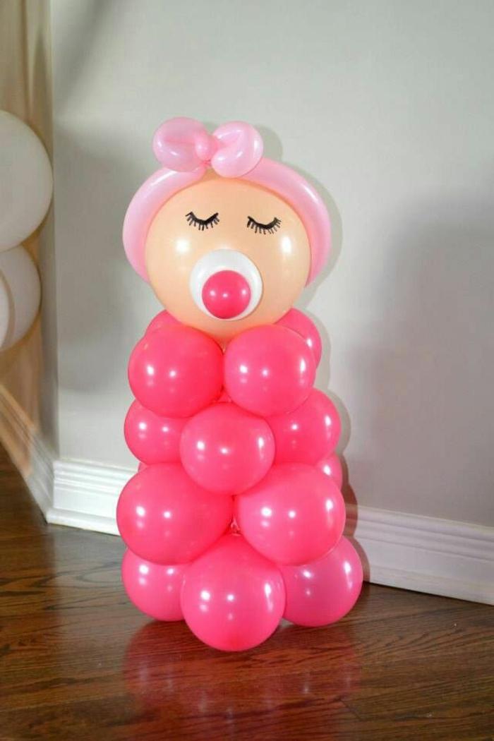 Babyparty deko aus luftballons in rosa baby figur