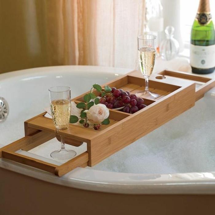 deko badezimmer ideen ablage badewanne tablett holz fcher trauben - Badewanne Holzoptik