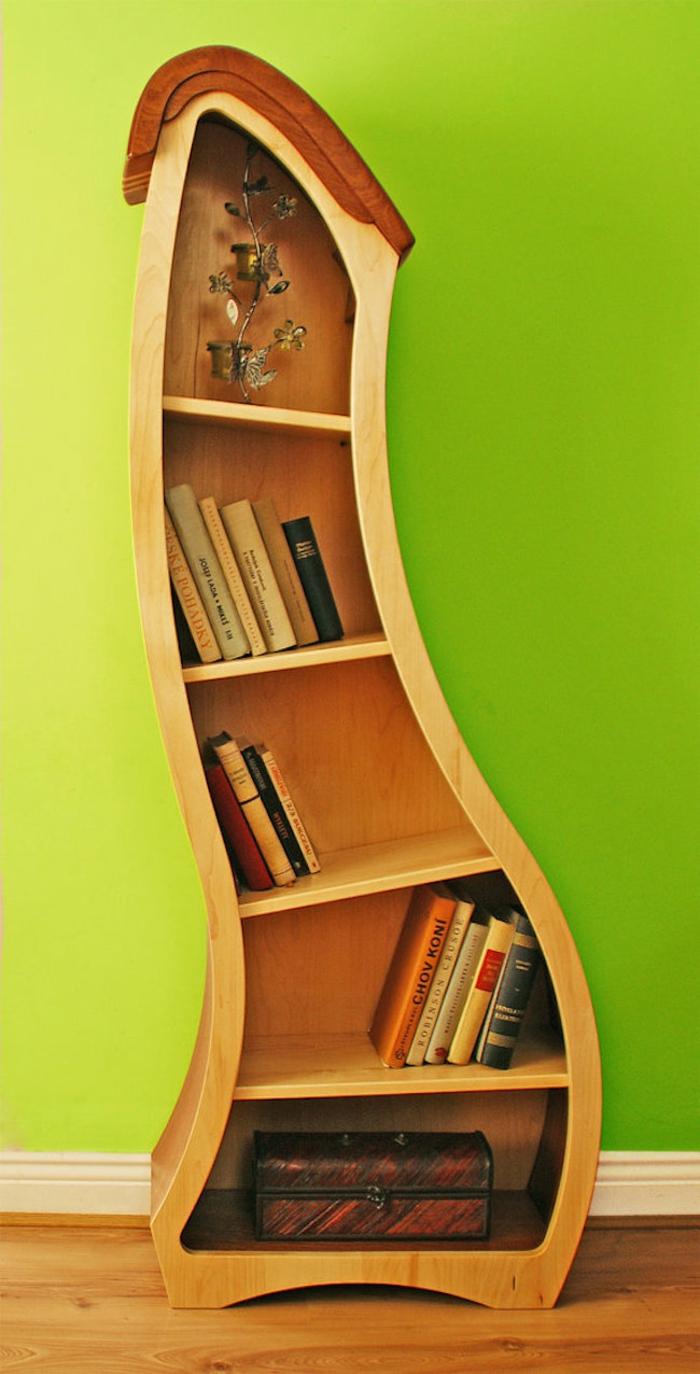 ein b cherregal kann auch sehr kreativ sein. Black Bedroom Furniture Sets. Home Design Ideas