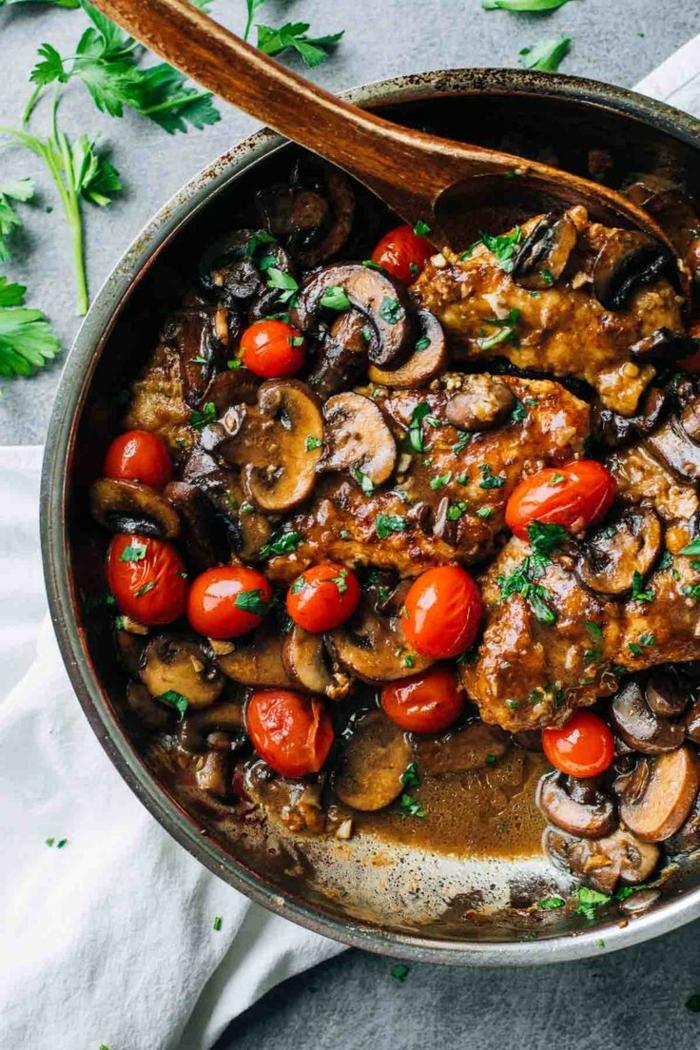 einfache gerichte kochen hähnchen mit tomaten pilzen