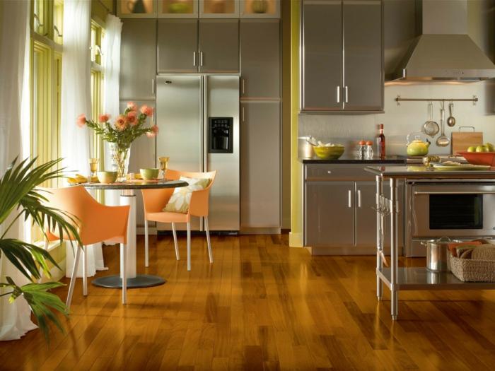 einrichtungsideen küche gestalten metall pflanzen orange küchenstühle