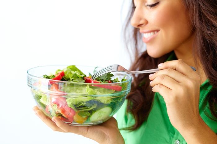 erfolgreich abnehemen sich aufs essen konzentrieren salat essen