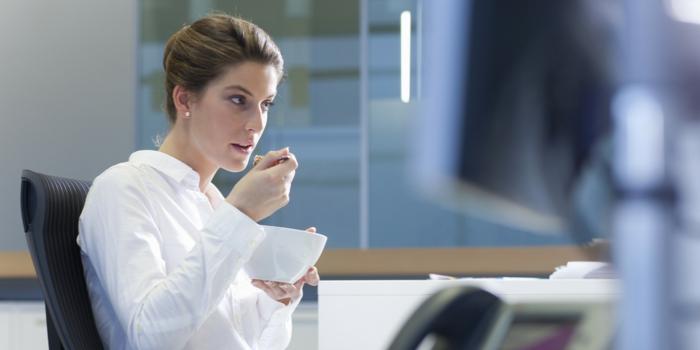 erfolgreich abnehmen am arbeitsplatz essen frau