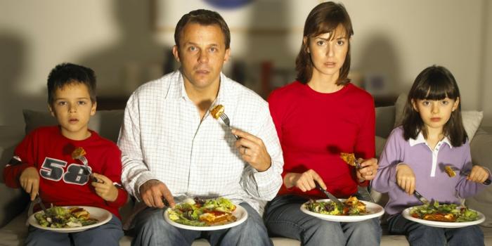 abnehmen tipps familie zusammen essen fernsehen