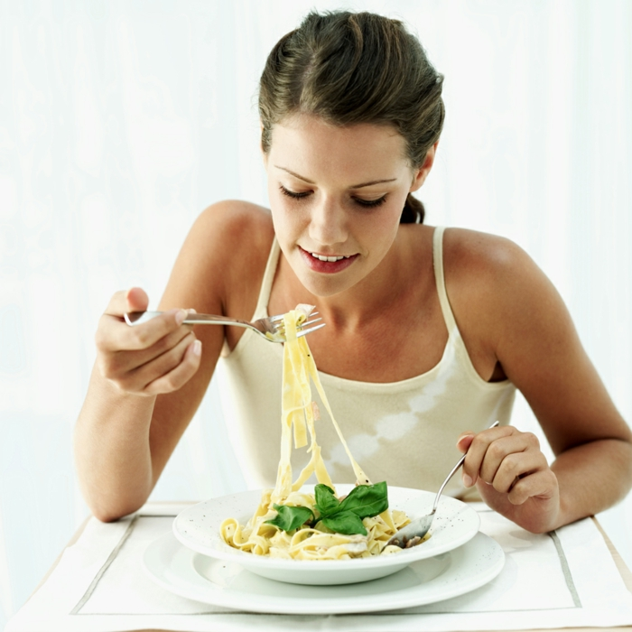 erfolgreich abnehmen sich konzentrieren beim essen mädchen