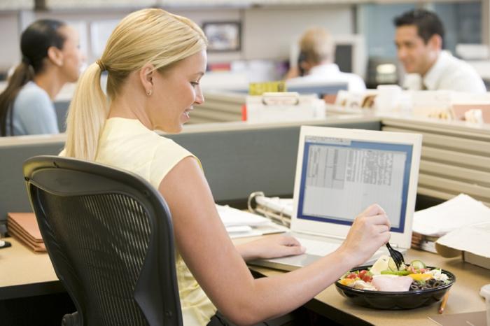 erfolgreich abnehmen frau arbeitsplatz salat essend
