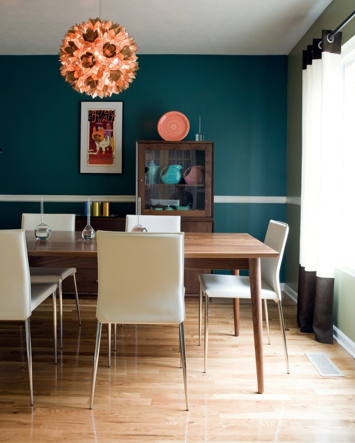 esszimmermöbel weiße esstühle blaue wandfarbe lange gardinen