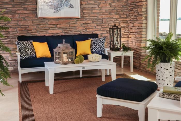 gartenauflagen dunkelblau dekokissen teppich weiß gartenmöbel