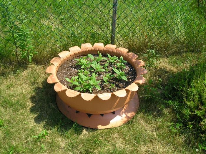 gartendeko ideen alte autoreifen streichen pflanzenbehälter