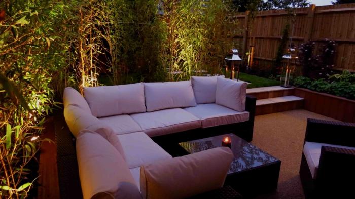 gartengestaltung ideen gartenbeleuchtung bequemes sofa pflanzen