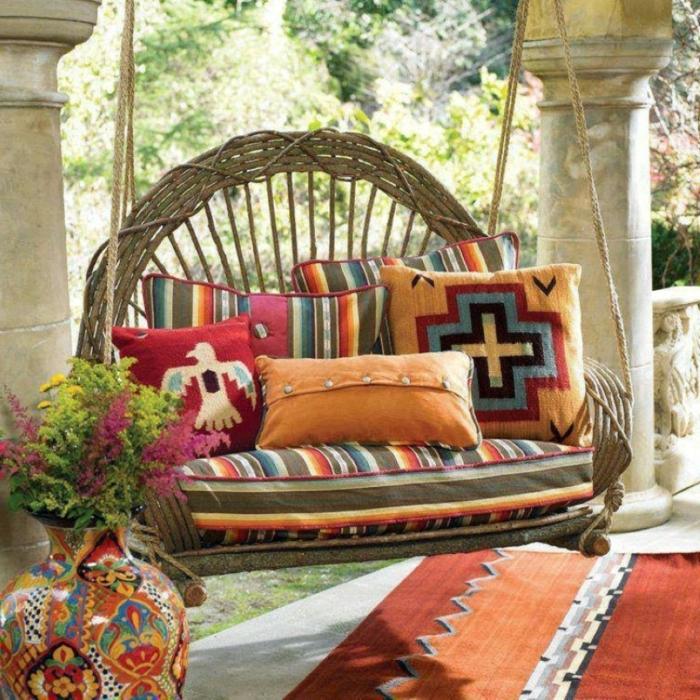 gartengestaltung ideen schaukel farbiger teppich dekokissen