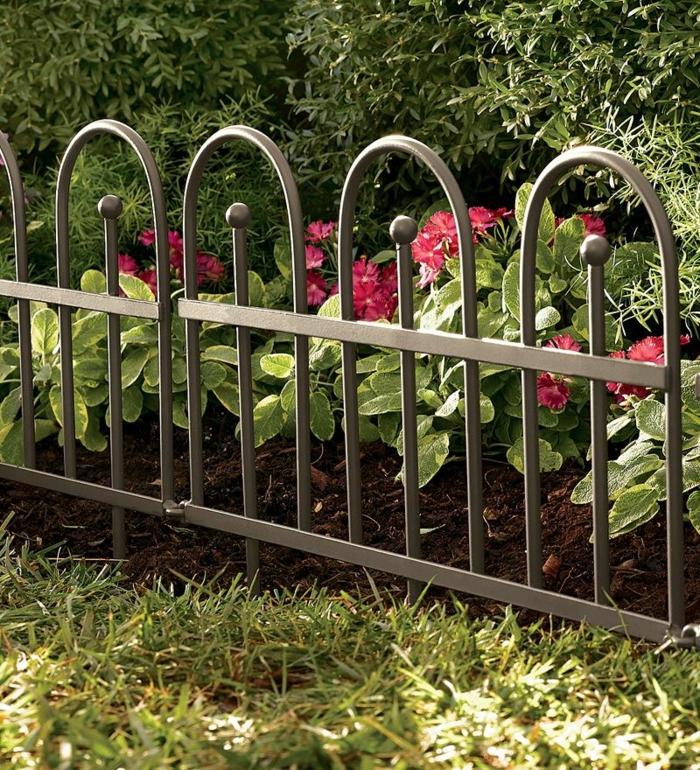 gartengestaltung ideen metallgartenzaun pflanzen exterieur
