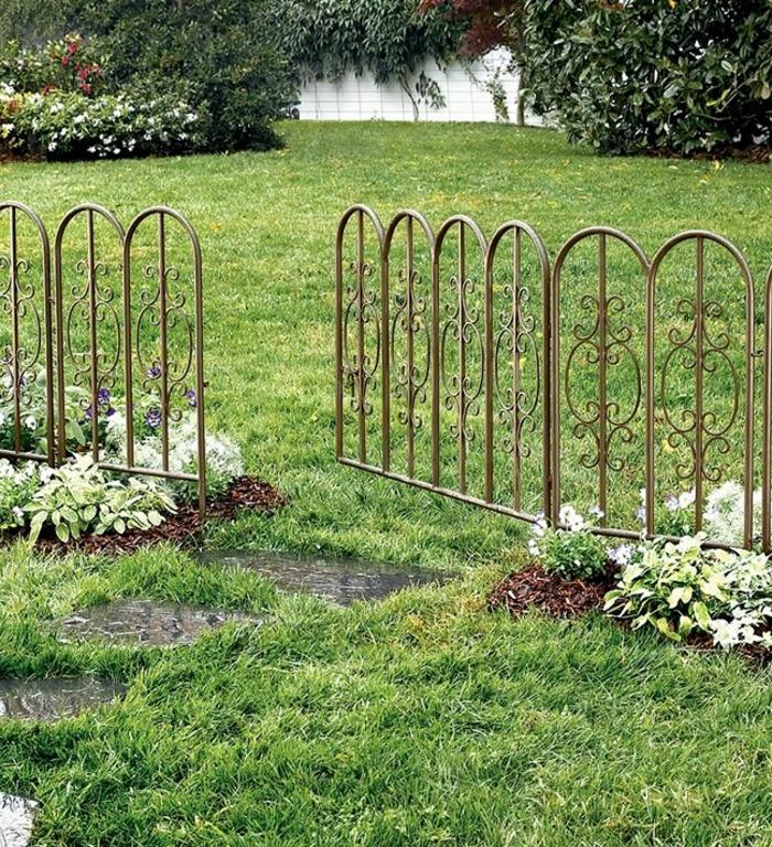 gartengestaltung ideen metallgartenzaun pflanzen grüner rasen