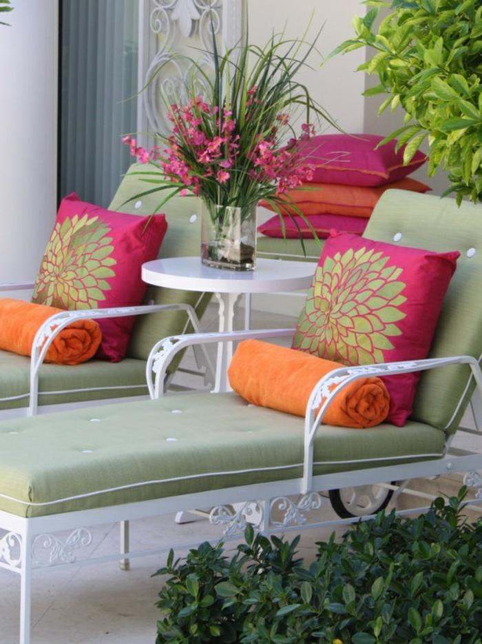 gartengestaltung ideen vintage gartenliegen grüne gartenauflagen dekokissen