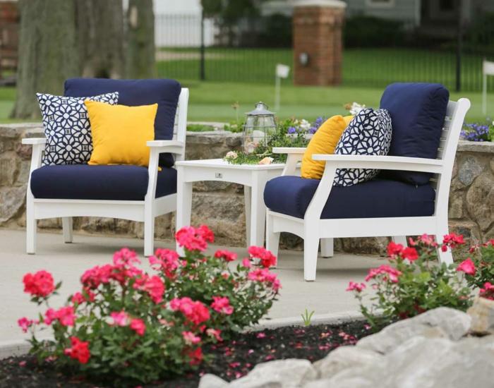 gartengestaltung ideen weiße sessel blaue sitzkissen dekokissen pflanzen