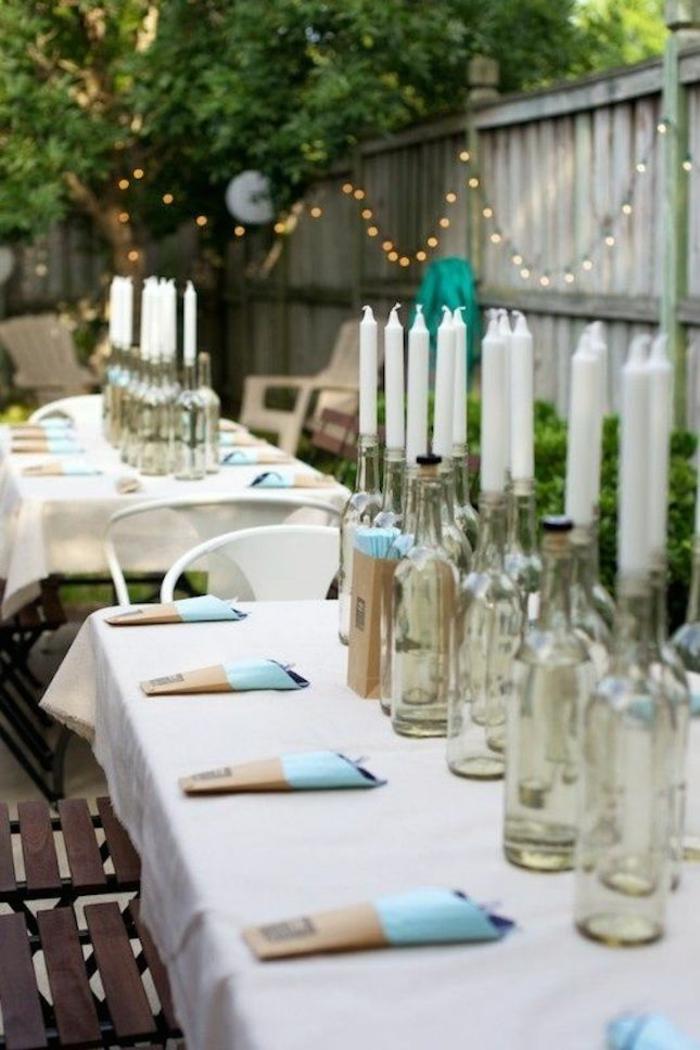 gartenparty outdoor tischdekoration glasflaschen weiße kerzen