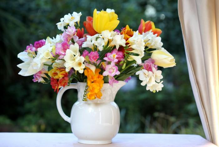 gartenpflanze freesien blumenstrauß weiße vase